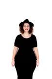 Stilvolles curvy Mädchen mit schwarzem Hut und Kleid lizenzfreie stockfotos