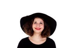 Stilvolles curvy Mädchen mit schwarzem Hut und Kleid stockfoto