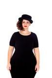 Stilvolles curvy Mädchen mit schwarzem Hut und Kleid stockbilder