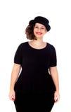 Stilvolles curvy Mädchen mit schwarzem Hut und Kleid lizenzfreie stockbilder