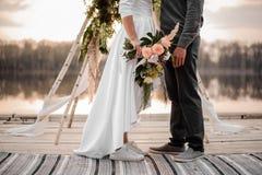 Stilvolles eben verheiratetes Paar in den Sportschuhen und in der Hochzeitskleidung Lizenzfreie Stockbilder
