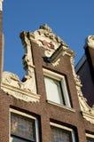 Stilvolles façade mit ursprünglichen Fenstern in Amsterdam Stockbilder