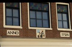 Stilvolles façade mit ursprünglichen Fenstern in Amsterdam Lizenzfreie Stockfotos