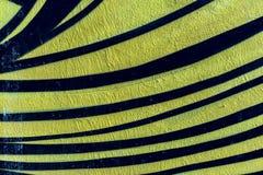 Stilvolles Fragment der Wand mit Detail von Graffiti, Straßenkunst Abstrakte kreative Zeichnungsmodefarben Nahaufnahme gemalt Stockbild