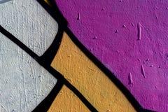 Stilvolles Fragment der Wand mit Detail von Graffiti, Straßenkunst Abstrakte kreative Zeichnungsmodefarben Nahaufnahme gemalt Lizenzfreie Stockfotografie