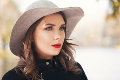Stilvolles Frauenmode-modell draußen, weibliches Gesicht lizenzfreie stockfotos