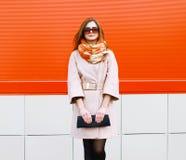 Stilvolles Frauenmodell der Straßenmode recht im Mantel und in der Sonnenbrille lizenzfreie stockbilder