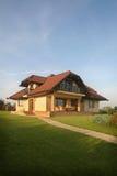 Stilvolles Haus auf einem Hügel Lizenzfreie Stockbilder