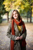 Stilvolles Herbstart und weisemädchen im Park. Stockfoto