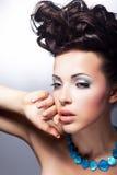 Stilvolles junges Schönheitsschauen. Glamor und Luxus lizenzfreies stockfoto