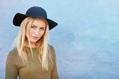 Stilvolles junges weibliches Modell mit Hut Lizenzfreie Stockfotos