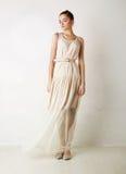 Stilvolles kaukasisches Mädchen in der weißen Kleidaufstellung lizenzfreies stockbild