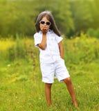 Stilvolles kleines Mädchen in der Sonnenbrille Stockfoto