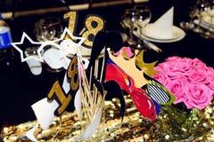 Stilvolles Luxuszubehör für lustige Fotos am goldenen birthd Lizenzfreies Stockbild