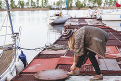 Stilvolles Mädchen auf dem Dock, das Spitze bindet Lizenzfreie Stockfotografie