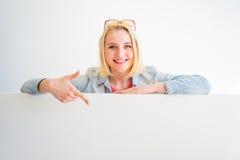 Stilvolles Mädchen, das auf etwas zeigt lizenzfreies stockbild