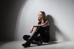 Stilvolles Mädchen, das auf Wand verbiegt Stockfotos