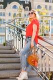 Stilvolles Mädchen in der Sonnenbrille auf einem Straßenweg Straßen-Art-Porträt lizenzfreie stockfotografie