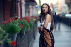 Stilvolles Mädchen in der Stadt lizenzfreies stockbild