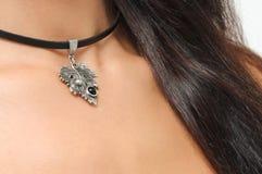 Stilvolles Mädchen mit dem langen Haar und Hals mit schwarzem Halsband beugen acces Lizenzfreies Stockbild
