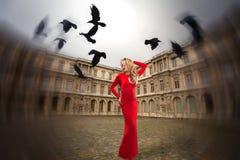 Stilvolles Mädchen steht in der Mitte von Paris, Stockfoto