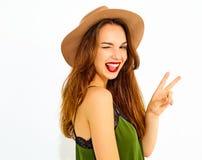 Stilvolles Mädchenmodell in der zufälligen Kleidung des Sommers, die im Studio aufwirft Stockfotografie