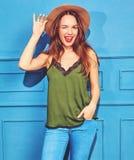 Stilvolles Mädchenmodell in der zufälligen Kleidung des Sommers, die im Studio aufwirft Stockfoto