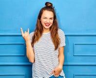 Stilvolles Mädchenmodell in der zufälligen Kleidung des Sommers, die im Studio aufwirft Lizenzfreies Stockbild