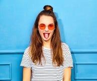 Stilvolles Mädchenmodell in der zufälligen Kleidung des Sommers, die im Studio aufwirft Lizenzfreie Stockfotos