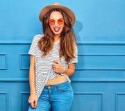 Stilvolles Mädchenmodell in der zufälligen Kleidung des Sommers, die im Studio aufwirft Stockbilder