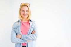 Stilvolles Mädchenzeigen lizenzfreie stockbilder