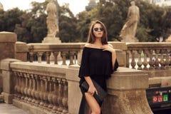 Stilvolles Mädchen, das in Stadt geht Stockbild