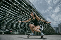 Stilvolles Mädchen in der Stadt Lizenzfreies Stockfoto
