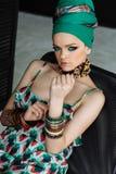 Stilvolles Modeporträt eines Mädchens in der grünen Kleidung lizenzfreie stockfotos