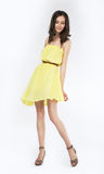 Stilvolles modernes Mädchen in der modernen Kleidaufstellung Stockbild