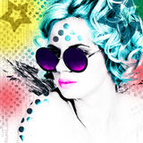 Stilvolles Plakat mit einem Porträt eines hübschen Mädchens in den runden Gläsern Lizenzfreie Stockfotos