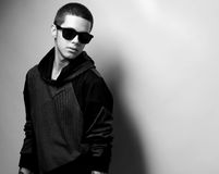 Stilvolles Porträt des jungen Mannes der Mode Stockbilder