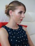 Stilvolles Porträt der jungen Frau Stockbild