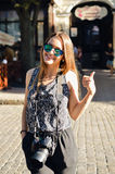Stilvolles recht modernes Mädchen mit dem Kamerahandeln Lizenzfreies Stockfoto