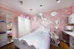 Stilvolles rosafarbenes Schlafzimmer   Stockbild