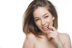 Stilvolles schönes Mädchen mit dem flüssigen Haar, das Kamera mit frohem glücklichem Gesichtsausdruck betrachtet stockfotografie