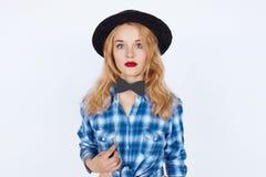Stilvolles schönes Modell der jungen Frau mit den roten Lippen im blauen Hemd Lizenzfreie Stockbilder