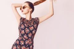 Stilvolles Schönheitsmodellmädchen, das dunkle hölzerne Sonnenbrille und Kleid trägt Modeschönheit mit tragender Sonnenbrille des Lizenzfreie Stockfotos