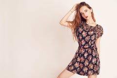 Stilvolles Schönheitsmodellmädchen, das hübsches Kleid trägt Arbeiten Sie Schönheit mit langer tragender Sonnenbrille des gelockt Lizenzfreie Stockfotos