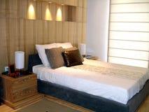 Stilvolles Schlafzimmer lizenzfreie stockbilder