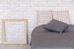Stilvolles Schlafzimmer mit dekorativer Backsteinmauer Lizenzfreies Stockbild
