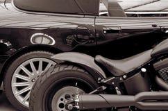 Stilvolles schwarzes Auto und Motorrad des Details lebensstil (Gegenteile, Stockfoto