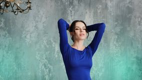 Stilvolles sexy Modell des jungen M?dchens steht in einem langen blauen Kleid stock video footage