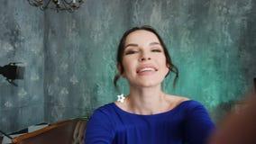 Stilvolles sexy Modell des jungen M?dchens steht in einem langen blauen Kleid stock video
