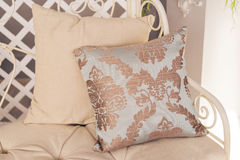 Stilvolles Sofa mit Kissen Stockbild